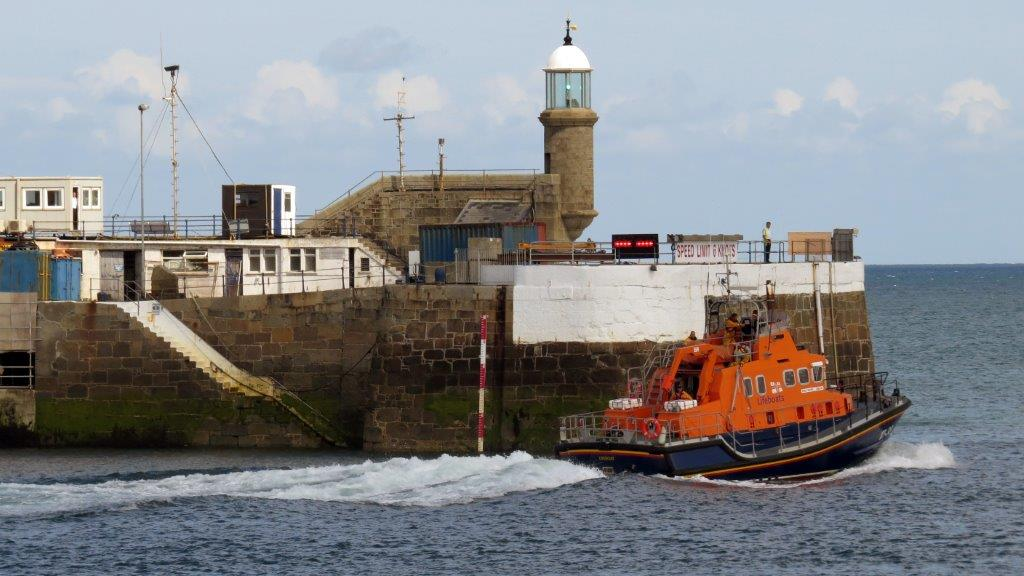 Daniel L Gibson leaving St Peter Port on a Shout 22-08-14 Pic by Tony Rive (1).jpg