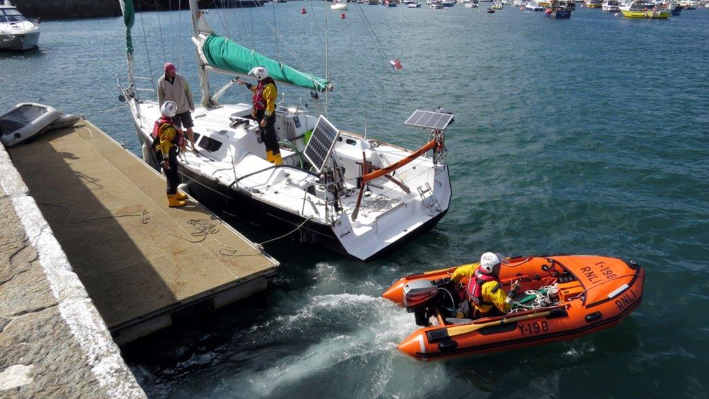 Jason Norman pull'saway from the French yacht Douze (12) in the Lifeboat's Y boat 22-08-14 Pic by Tony Rive.jpg
