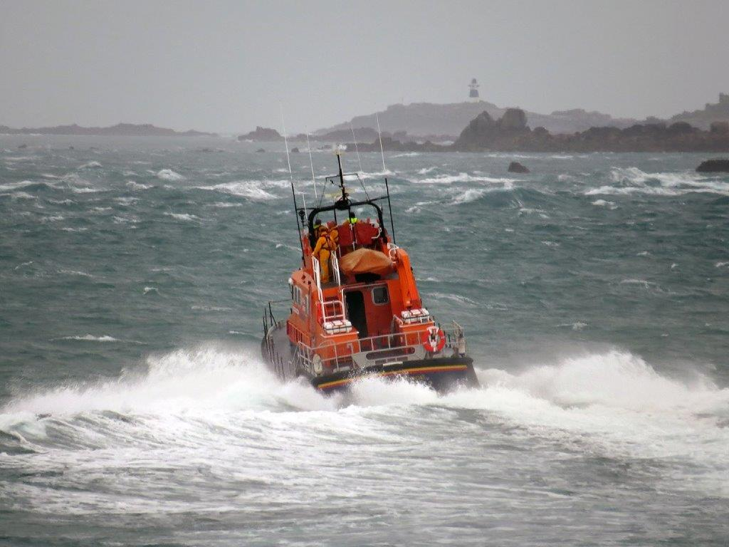 Lifeboat Spirit of Guernsey leaving St Peter Port on a shout to the West coast 22-12-15 Pic by Tony Rive (4)