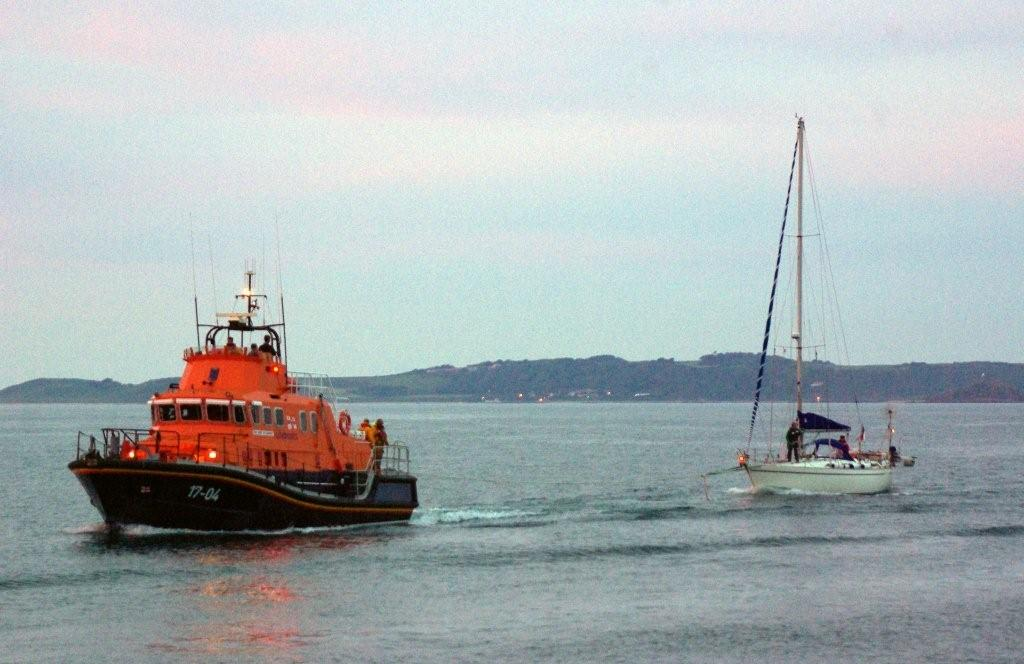 Lifeboat with French yacht Fleur Des Iles 11-06-09 Pic by Tony Rive (3)